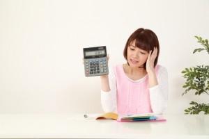 お金を借りるなら消費者金融と銀行はどちらがお得?