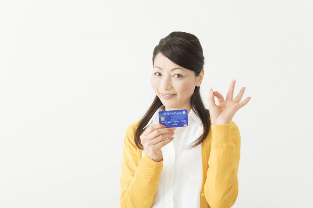 カードを持って嬉しそうにする女性