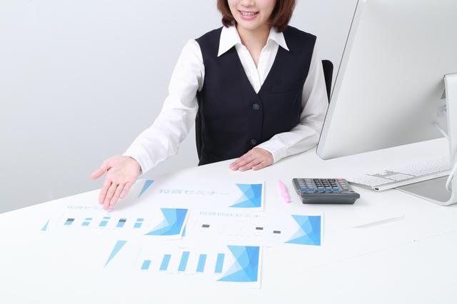 投資信託の商品を紹介する女性社員