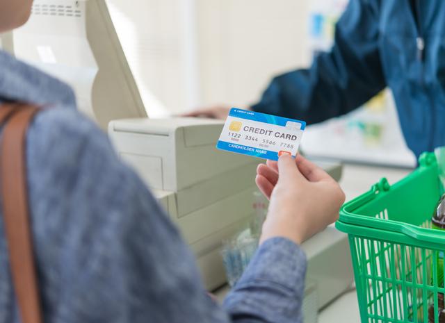 クレジットカードで買い物をする男性
